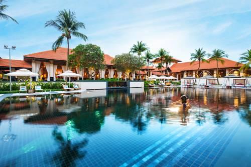 Kąpiąca się kobieta w basenie w the singapure resort and spa sentosa managesd by accor