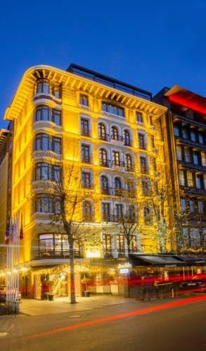 Oświetlony budynek hotelu the st regis instanbul przy głownej ulicy