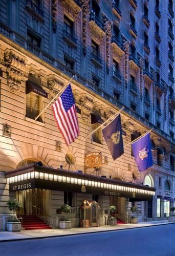 Fasada hotelu the st regis new york wraz z flagami