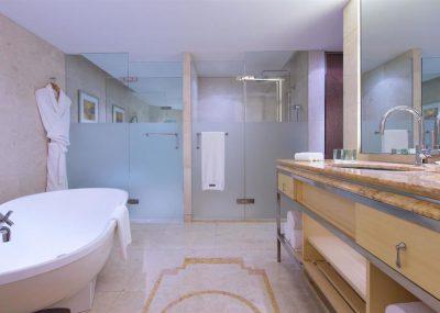 Łazienka z prysznicami w teh westin bundcenter shanghai