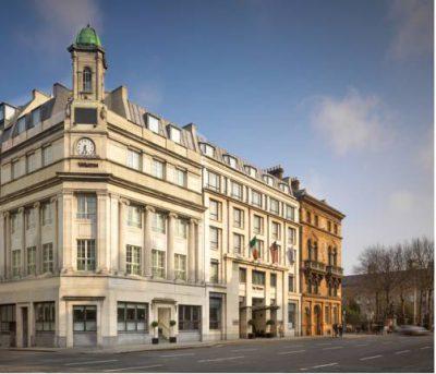 Budynek hotelu the westin w Dublinie pomiędzy kamienicami
