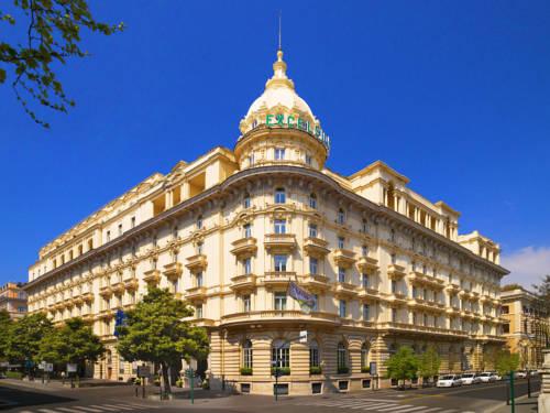 Hotel w bezowych barwach na rogu ulicy, the westin excelsior rome