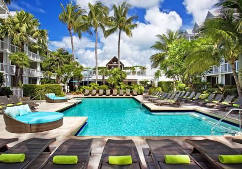 Hotel z leżakami w otoczeniu palm the westin key west resort marina