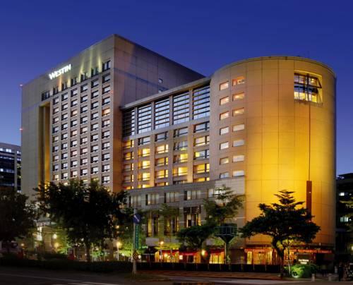 Nowoczensy budynek i palmy hoteli the westin taipei
