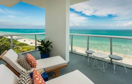 Leżaki z widokiem na morze w hotelu Thompson Miami Beach