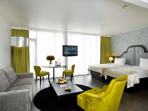 Wnętrze z zółtymi elementami w hotel bristol stephanie