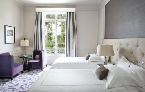 Pokój dla dwóch osób utrzymany w romantycznym nastroju w Waldorf Astoria Trianon Palace Versailles, Hiszpania