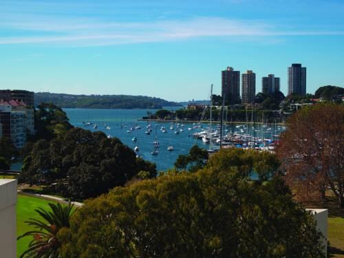 Widok na zatoczkę z jachtami oraz zieleń w Vibe hotel rushcutters sydney