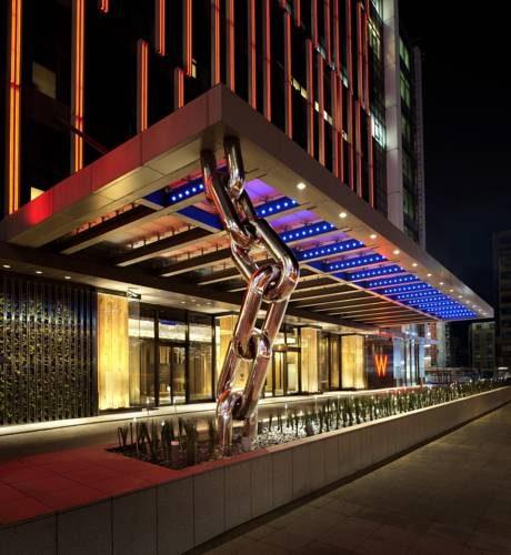Główne wejście wraz z rzeźbą w postaci łańcucha w hotelu W Taipei, Tajwan