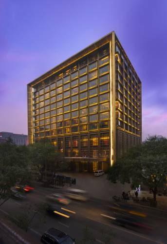 Oszklony budynek hoteli Waldorf Astoria Beijing na planie kwadratu