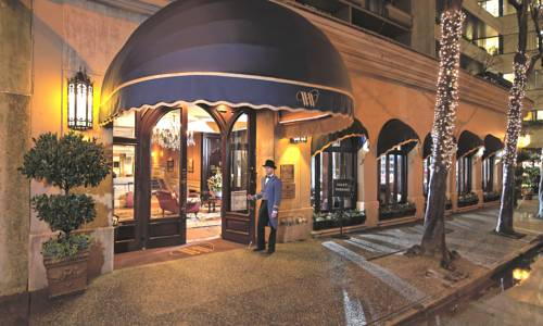 Lokajotwiera drzwi do hotelu Wedgewood