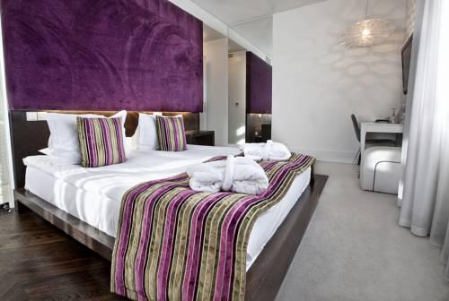 Pokój dla pary z fioletowymi elementami w Platinum Palace Residence w Poznaniu, Polska