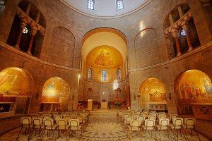piękne, bogato zdobione wnętrze bazyliki w Jerozolimie