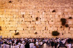 tłum pielgrzymów zgromadzonych pod ścianą płaczu w Jerozolimie