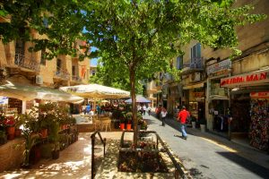 wąska uliczka uczęszczana przez turystów pełna sklepów i restauracji, Jerozolima