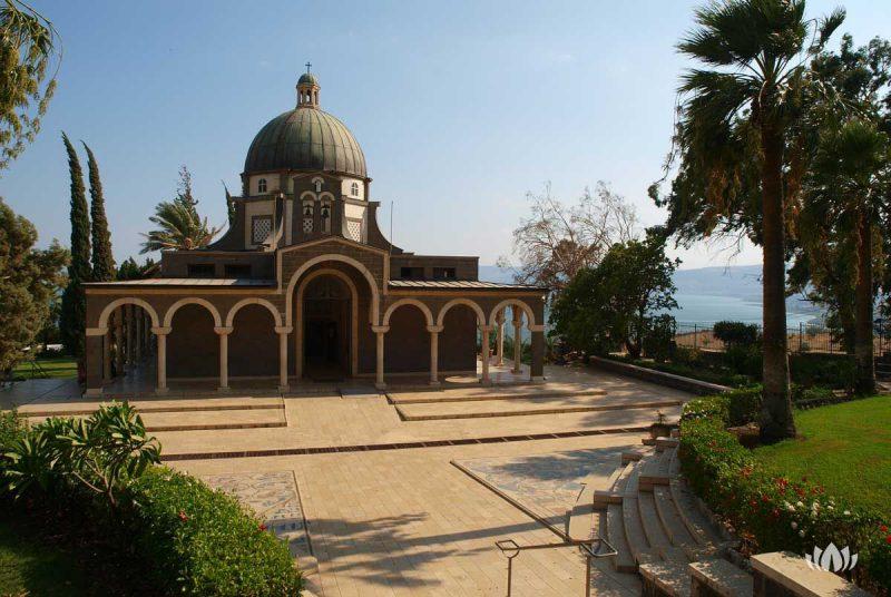 widok z zewnątrz na kościół na Górze Błogosławieństw
