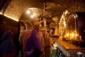 grupa kobiet z okrytymi głowami w świątynii w Izraelu