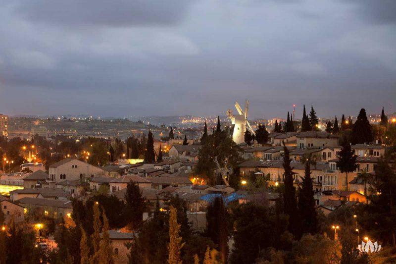 widok na oświetlony Izrael nocą