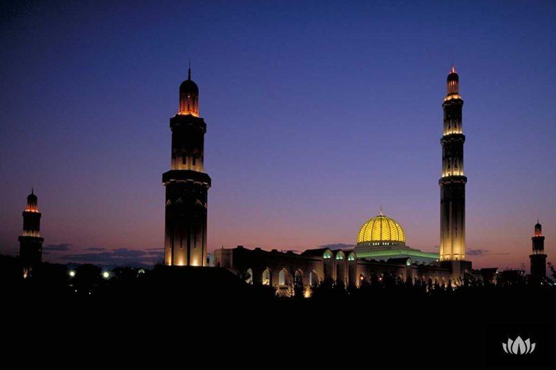 widok na oświetlone nocą miasto Oman
