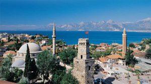 widok na panoramę miasta Antalya, w tle morze i góry Taurus