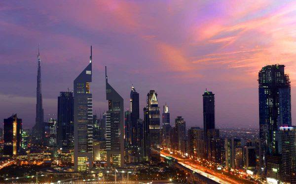 panorama Dubaju, oświetlone miasto późnym wieczorem