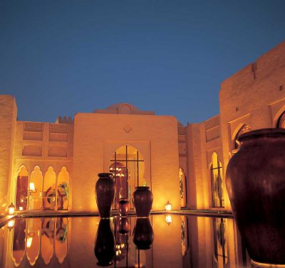 zbliżenie na oświetlony nocą budynek w Dubaju