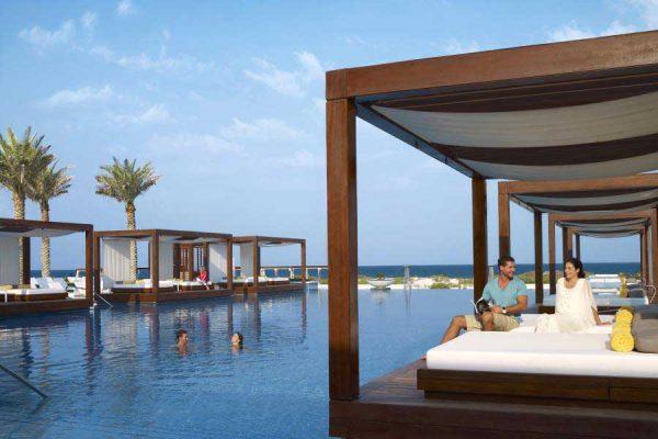 kurort nadmorski w Abu Dhabi, niewielkie drewniane altany z miejscem na odpoczynek, położone na wodzie