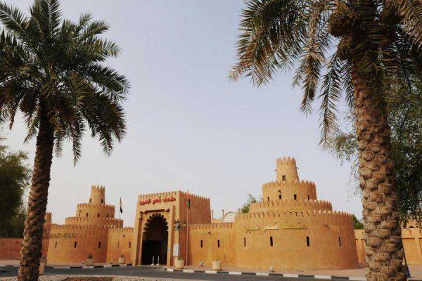 widok na wejście do fortu w Abu Dhabi