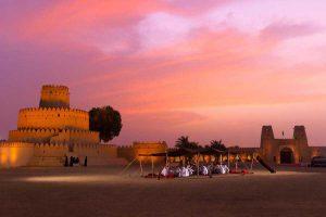 oświetlony nocą Fort Al-Jahili w Abu Dhabi