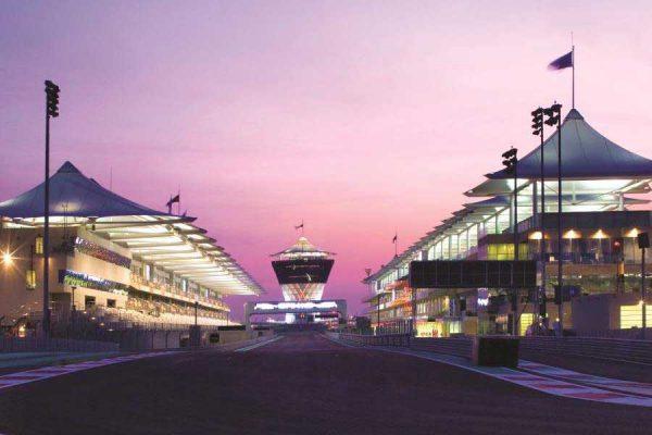 oświetlony późnym wieczorem tor wyścigowy Yas Marina Circuit w Abu Zabi
