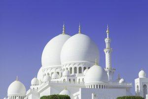 zbliżenie na kopuły meczetu w Abu Dhabi