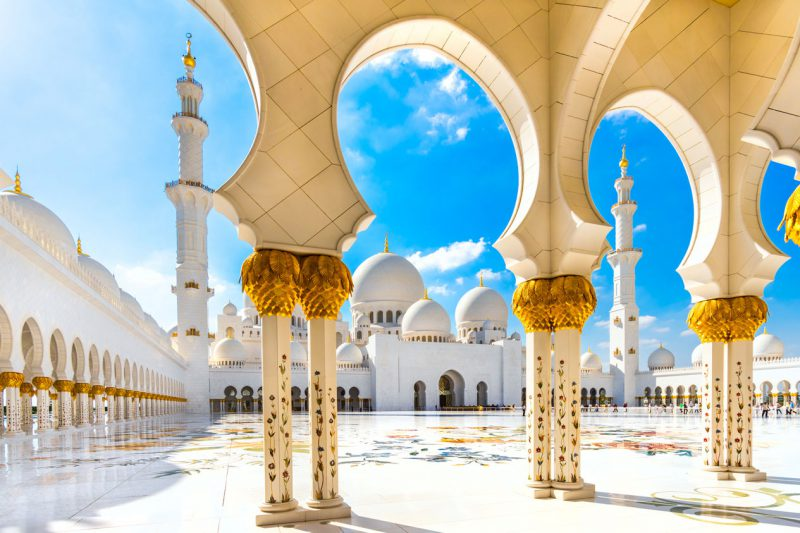 Wielki Meczet Szejka Zajida – teren meczetu w Abu Zabi w słoneczny bezchmurny dzień