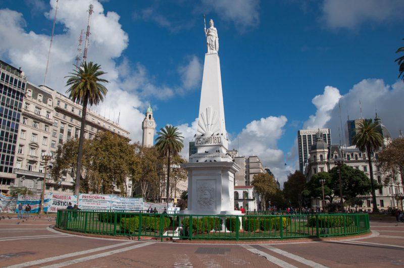 Rzeźba na środku placu w buenos Aires, Argentyna