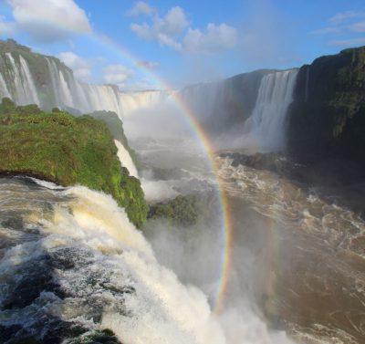 Zieleń przy wodospadzie oraz tęcza, Iguazu, Argentyna