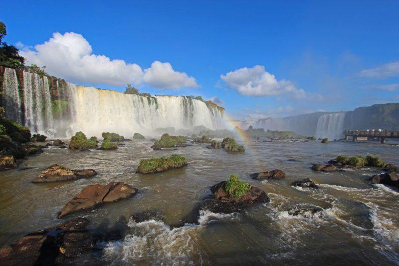 Malownicze wodospady i tęcza w argentynie