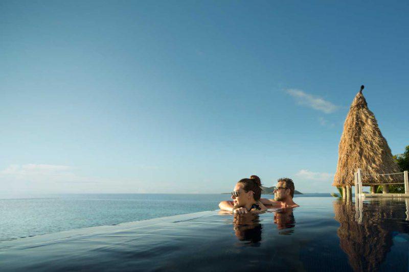 para turystów kąpiących się w basenie nad brzegiem oceanu i podziwiająca widoki, Fidżi