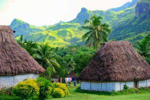 domki lokalnej ludności położone w wiosce w Fidżi