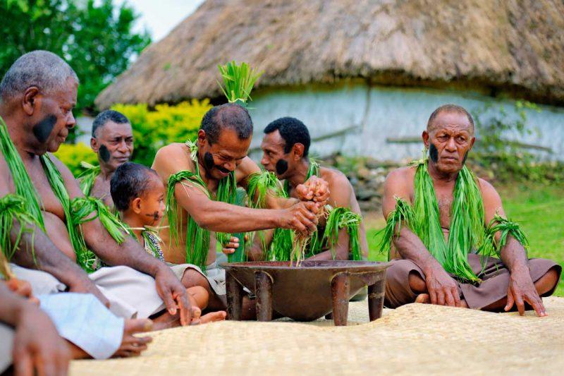 lokalna ludność zamieszkująca wioskę w Fidżi obchodząca rytuał