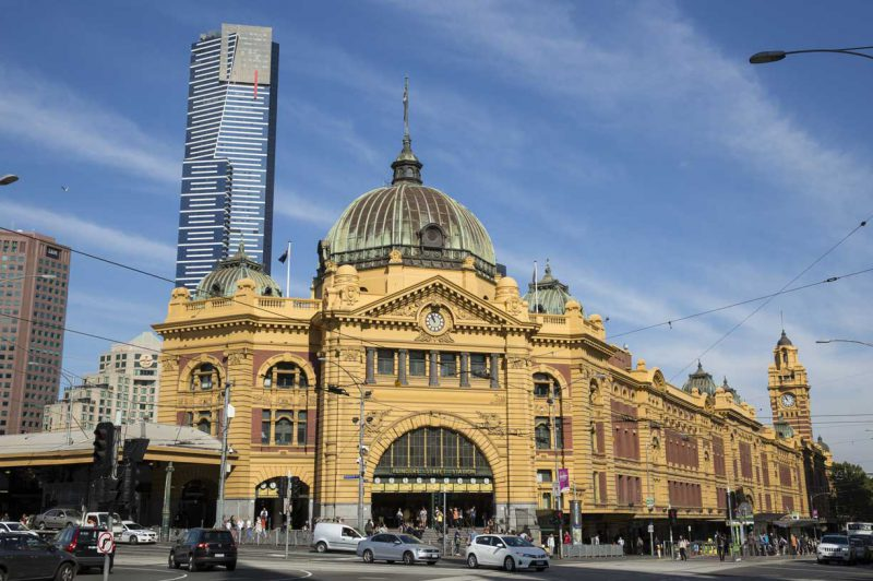 główna stacja kolejowa w Melbourne - Flinders Street Statio, położona w ścisłym centrum miasta