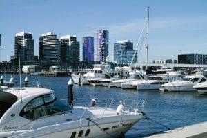 jachty zacumowane w zatoce Melbourne w słoneczny dzień, w tle wieżowce