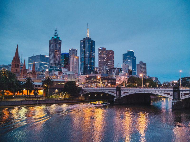 widok na most i oświetlone nocą miasto Melbourne