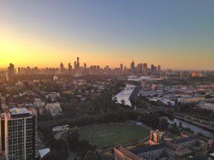 widok z lotu ptaka na budzące się do życia miasto Melbourne