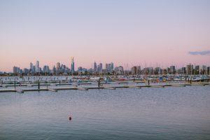 widok z oceanu na zatokę Melbourne, w tle panorama miasta
