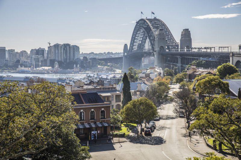 widok na most w Sydney, w tle panorama miasta