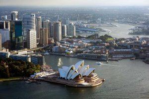 widok z lotu ptaka na położoną nad brzegiem oceanu operę w Sydney