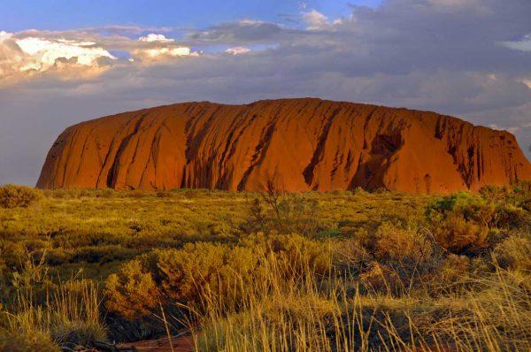 ogromna formacja skalna w centralnej części Australii, niedaleko miasteczka Yulara, Australia