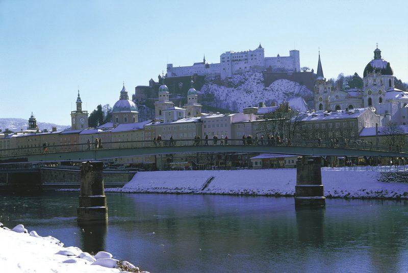 Zimowy obraz mostku w Salzburgu, Austria