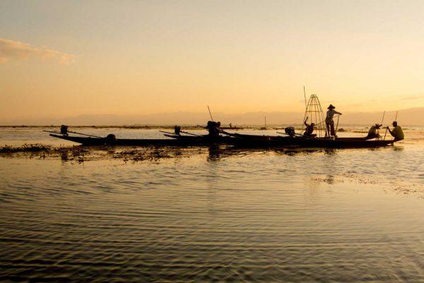 rybacy u brzegu rzeki udający się na połów, Birma