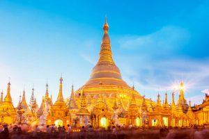 bogato oświetlona świątynia w Birmie