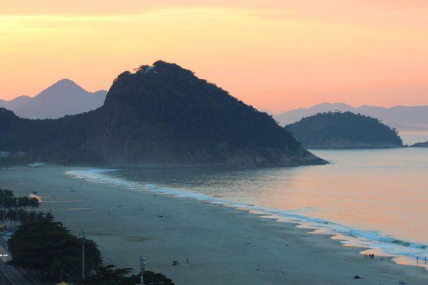 Plaża przy zachodzie słońca Brazylia